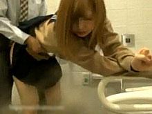 ガチでアウト!女子高生にお小遣い渡して多目的トイレでイケナイことやっちゃうサラリーマンwww