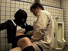 多目的トイレで円光しちゃう女子高生…興奮しすぎてオッサンにだいしゅきホールドで痙攣アクメ!